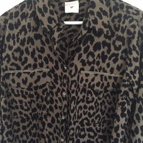 Skjorte i st. 40 fra Heartmade. Den er fra en ældre kollektion. Skjorten er grøn i bunden. Skjorten er købt herinde, men desværre for stor til mig. Bemærk at glimmer hjertet i nakken mangler et par diamanter. MP kr. 350,00 pp Bytter ikke.