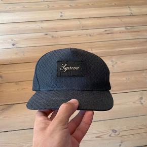 Supreme (sort/mørkegrå) cap sælges. God stand og virkelig fed (og ægte self).