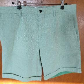 Et par flotte shorts i en frisk grønlig nuance fra J. Lindberg i str. 31. Måler Ca 41,5 cm målt fladt I livet og Ca 44 oprullet I længden. Mp 200