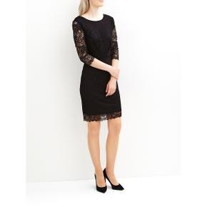 """Helt ny kjole fra Vila, aldrig brugt, stadig med prismærke på. Perfekt pasform og med rigtig fin rygudskæring. Med fin blonde. Kan bruges til mange anledninger, den perfekte """"den lille sorte"""" kjole  Perfekt til alle festlige anledninger  købspris: 399 kr."""