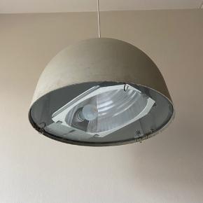 Klassisk Københavner lampe der nu har brug for et nyt hjem.  Den er grå-lig i farven.   Lampen virker perfekt og er i virkelig god stand.   45 cm i diameter. Og ca 28 cm høj.