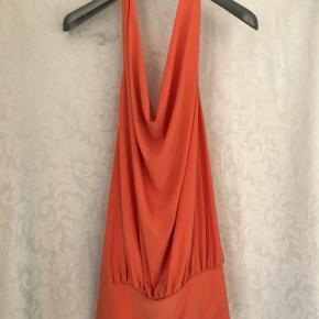 Skræddersyet kjole med dyb ryg