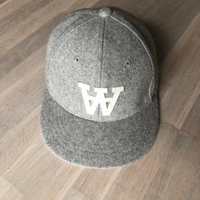 Klassisk flot cap fra Wood Wood i lysegrå uld.  Aldrig brugt og fremstår derfor som ny