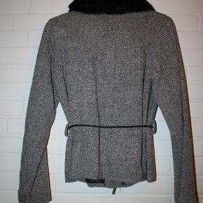 Flot grå jakke med pelskrave (Ræv) sælges. Den fremstår som absolut ny. Brugt ganske få gange.