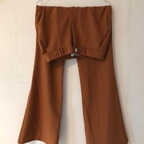 Bershka Bukser, Aldrig brugt. Kokkedal - Helt nye bukser, aldrig brugt. Bershka Bukser, Kokkedal. Aldrig brugt, Er måske blevet prøvet på men aldrig brugt. Ren men ikke vasket. Ingen mærker eller skader