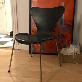 Den klassiske syverstol fra Arne Jacobsen, model 3107. Den trænger til en kærlig hånd, men er fast i ryggen! Malingen er slidt og benene med lidt rust. Med original kapsel i bunden. Kan blive virkelig fin hvis man har tiden til det.   Sælges til en god pris. Kom med et bud :)
