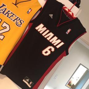 BASKETBALL JERSEYS - NBA  KAN BRUGES AF MÆND OG KVINDER - originalt mande tøj, men kan bruges af begge køn. Har selv andre jerseys.   Miami (sort): str. 2XS  Miami er købt for 550,-  Aldrig brugt, hænger blot i skabet, hvilket er grunden til den sælges. Sælger ikke til ingen penge, så byd seriøst.