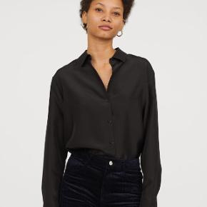 Skjorte fra H&M premium i 100% silke. Min er i navy/mørkeblå.Sælges billigt!  Se også mine andre annoncer med bl.a kjoler fra Cos, Zara og Moss Copenhagen