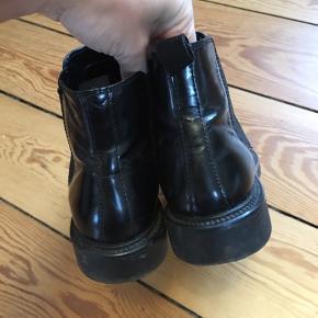 Sorte chelsea boots i skind. Rigtig fin stand og uden mærker i skindet