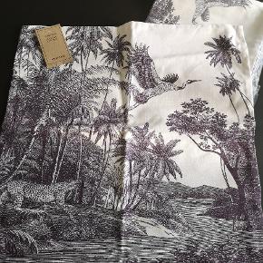 50x50 2 stk. pudebetræk i organic cotton. Forside og bagside er ens. Mønsteret er mørkelilla.