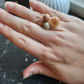 Flot ring fra Pilgrim. Slidt på det bagerste af ringen, perlerne foran er i god stand. Justérbar!
