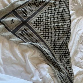 Ingen huller eller pletter.  Tørklædet fremstår som ny og har aldrig været vasket Str M Farve: flanella Køber betaler fragt