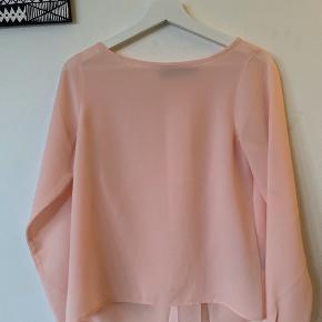 """Fin bluse fra Lauren Ralph Lauren. Flot """"slids"""" på ryggen. Lille plet, som sikkert kan vaskes væk🌸   #30dayssellout"""