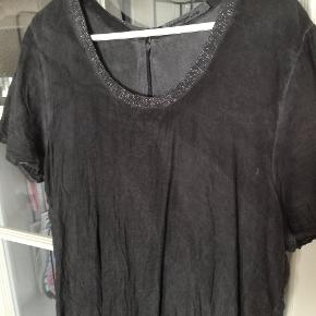 STR hedder l-xl passer en 40-42. Kort kjole eller tunika, to lag, strygefri, stoffet er changerende i farven som er mørk grå. Brugt få gange