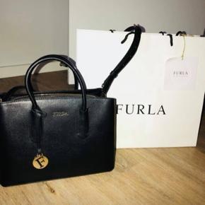 Sort furla taske - købt i Barcelona.  Aldrig brugt.  Np 2.400  Dustbag medfølger