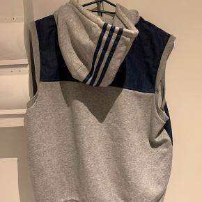 Adidas vest, brugt ganske få gange og velholdt!