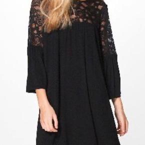 Ny med prismærke. Haves i sort. Har oploadet kjolen i hvid, så man kan få en anelse om, hvordan ryggen ser ud :-)