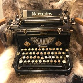 Skrivemaskine fra Mercedes.  Virker ikke - brugt som pyntegenstand  Pris 200kr.