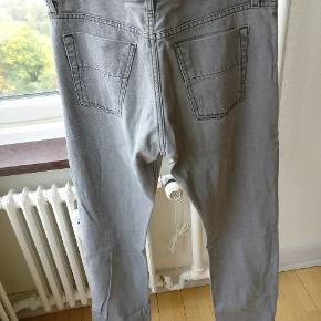 Et par klassiske jeans i str. 32/34
