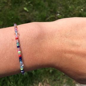 Hjemmelavet armbånd. Kan laves i forskellige farver.