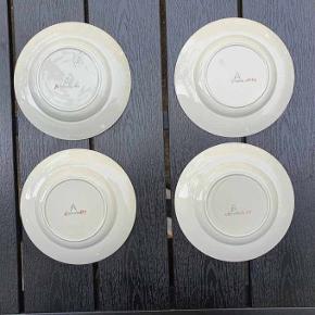 Fire flotte kagetallerkener fra Aluminia Tureby sælges samlet for 75 kr. Den ene af de fire er ikke så pæn, så prise er for den tre - og nr. 4 er gratis ☀️  Diameter 15,5 cm.  Se også mine andre spændene annoncer.  Tags: Kagetallerkener  Aluminia Tureby  Retro