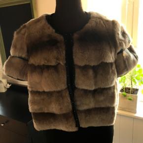 Smuk bolero jakke i kaninpels fra Onstage med fine detaljer. Størrelse L-42. Nypris 3000, sælges for 400kr