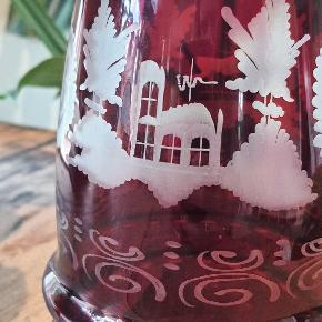 Smukkeste røde karaffel i bøhmisk krystalglas,  med prop, fine slebet motiver og mønster.  I helt perfekt stand uden skår og ridser.  37 cm. Høj 11 cm. Bred   Kan indeholde 1100 ml.