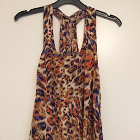 Lang kjole med leo-print og bryder-ryg i str XS. Passer også str S. Fra røgfrit og dyrefrit hjem🌼  NP: 1.099kr Afhentning i Valby eller Herlev. Sender også med DAO.