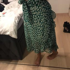 Sælger denne nederdel fra Trendday. Nederdelen er i lækkert materiale og meget luftig til en varm sommerdag eventuel. Har slet ikke fået den brugt, så der ses ingen brugstegn på den.