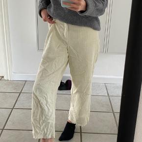 Mega fede pastelgule bløde jeans fra Only. Skal lige stryges, og ellers er de som nye.  Byd