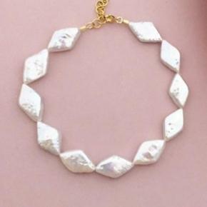 Harlequeen bracelet fra Sorelle jewellery. Fint håndlavet armbånd med rudeformede hvide ferskvandsperler. Forlængerkæde og lås er forgyldt 925s sølv.  Kan justeres i længden fra 16,5 cm til 18,5 cm.