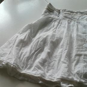 Str 36 Munthe plus Simonsen,  hvid nederdel. Længde 45 cm Lynlås i siden Se også mine andre annoncer 😉 Følg gerne min shop hvor der løbende kommer nye annoncer 👍