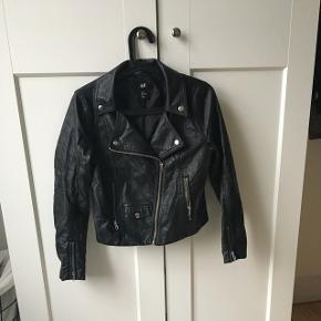 Sælger denne bikerjakke / læderjakke fra h&m