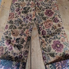 HAN bukser med floral print. Brugt 1 gang - passer 32-33.   Skriv for spørgsmål og/eller bud