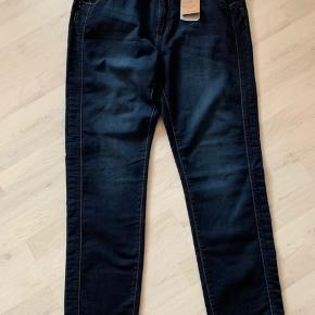 Model: Molly jeans Super bløde og flot model.  90 % bomuld 8 % polyester 2 % elasthan  Livvidde: 104 cm Benlængde 80