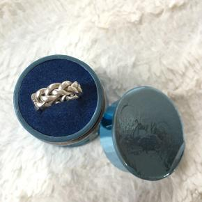 💙Jeg overvejer at sælge min elskede flet ring i sølv fra Jane Kønig, hvis det rette bud kommer. Det er den helt store flet ring i str. 45. 💙  NP 600