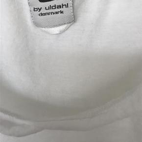 Varetype: Let og lækker bluse Størrelse: S/M Farve: Hvid Oprindelig købspris: 300 kr.  100% bomuld. Længde 50, bredde 46, skulder-skulder 43, ærme 50cm.