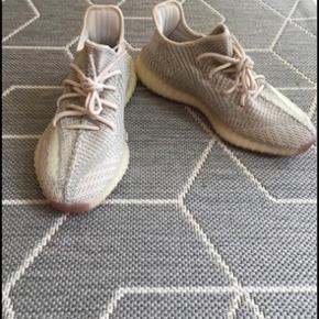 YEZZY 350 v2 Citrin  Brugt 1 gang, sælger da jeg ikke bruger skoen ..