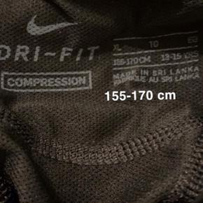 Nike dry fit børnestørrelse Xl. 13-15 år. 156-170. Er lille i størrelsen