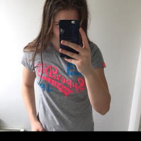 Superdry t-Shirt str. M, men fitter en small.  Ny pris: 400