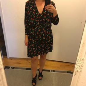 Lækker behagelig kjole fra h&m. Aldrig brugt. Viskose 95% elasthan 5% for: polyester 100%. Nypris er 399 kr. Str.38, stretch. Så passes af 38-40 vil jeg mene.