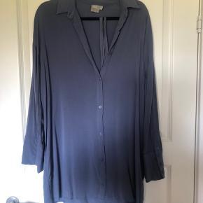 Asos skjortekjole m. Bindebånd. Brugt 2-3 gange og fremstår derfor som ny. Nypris: 379,99kr.