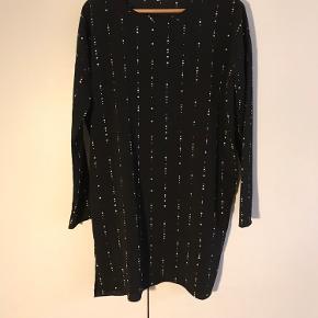 Kjole fra Envii i simpelt snit med langsgående prikker.  95 % polyester 5 % spandex