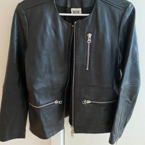 Sælger denne lækre læder jakke i blødt tykt læder. Den er ikke brugt ret meget så er i flot stand. Mærket hedder MTWTFSS WEEKDAY. Str er en S.