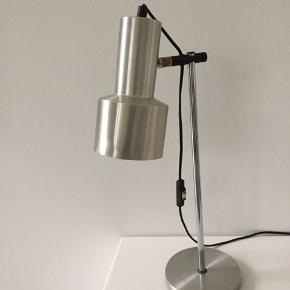 Fed Gammel bordlampe i aluminium med en del brugsspor som lille bule på fod