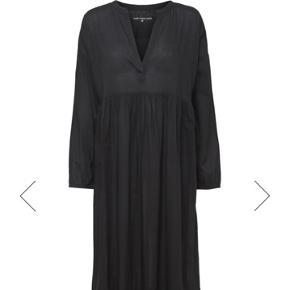 Cara long dress. Farven er mørkegrå og hedder moonless Night.  Super fed boheme kjole både til sandaler og støvler.  Brugt få gange. Køber betaler Porto og gebyr.