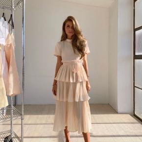 """Sælger min M-Kae """"Paris Dress"""" kjole i nude str. XS/S - kun prøvet på.   Bytter ikke 🌸 sender forsikret med DAO."""