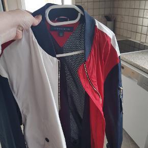 Helt ny Tommy Hilfiger jakke. Købt i New York i macys i juni mdr. Ikke helt mig alligevel.