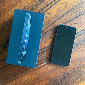 Iphone 5 med slidte kanter og lidt misfarvning på bagsiden.  Fungerer helt fint og har ikke nogen fejl i skærm eller bagstykke.