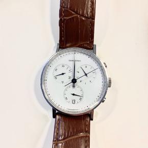 Model koppel 317, størrelse 38 mm. Det er knap 4 år gammelt. Uret er med ny læderrem og virker upåklageligt.   Jeg har desværre ikke kvitteringen længere, men nyprisen er 8000,- for uret.